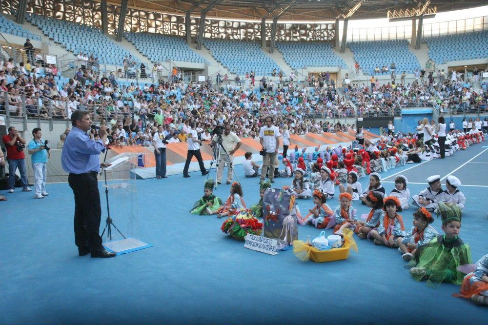 Ο Δήμαρχος Αμαρουσίου Γ. Πατούλης απευθύνει χαιρετισμό στη μεγάλη γιορτή των Δημοτικών Παιδικών Σταθμών,παρουσία εκατοντάδων γονέων που κατέκλυσαν το γήπεδο αντισφαίρισης του ΟΑΚΑ για να καμαρώσουν τα παιδιά τους.