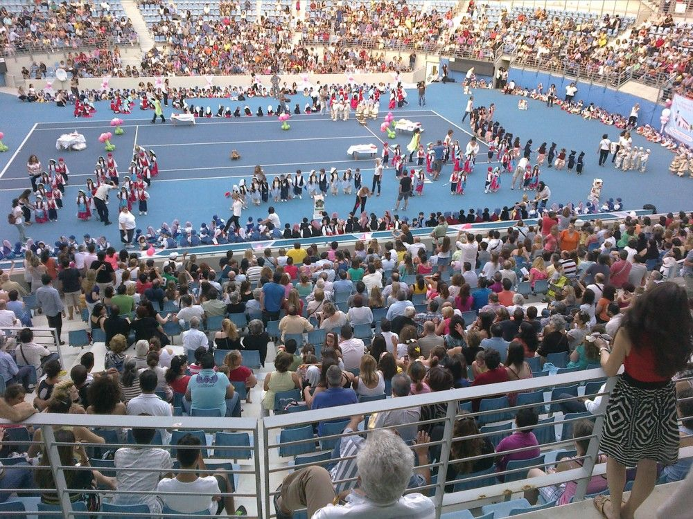 Γονείς και φίλοι κατέκλισαν το γήπεδο αντισφαίρισης του ΟΑΚΑ, για να καμαρώσουν και να θαυμάσουν τις ικανότητες των παιδιών από τους Δημοτικούς Παιδικούς Σταθμούς.